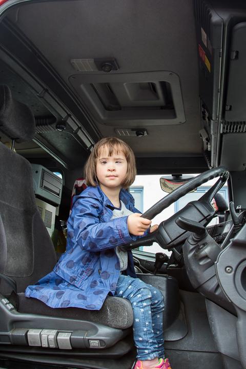 Lucie dans le camion de pompier