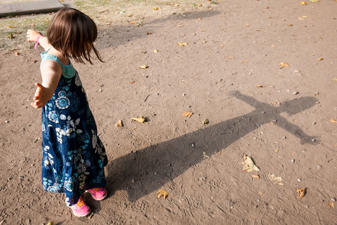 Lucie joue avec son ombre